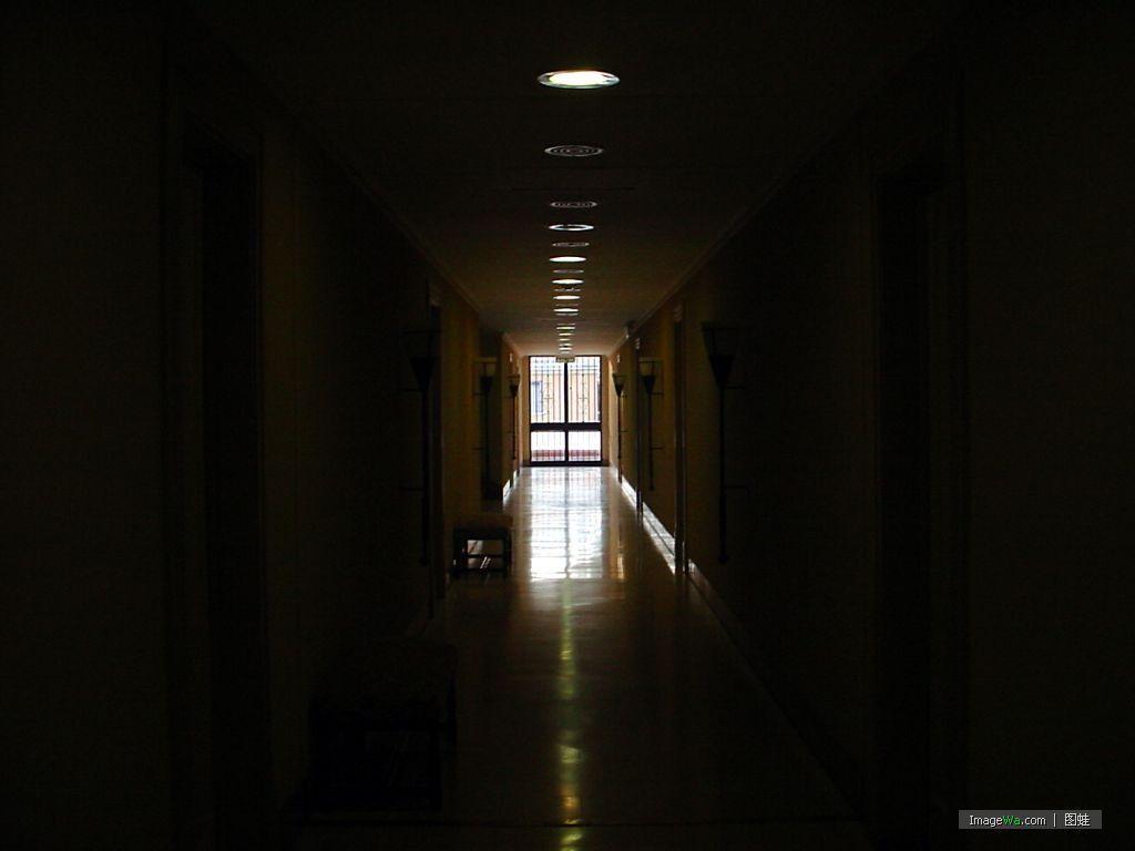 走廊里传来高跟鞋的声音